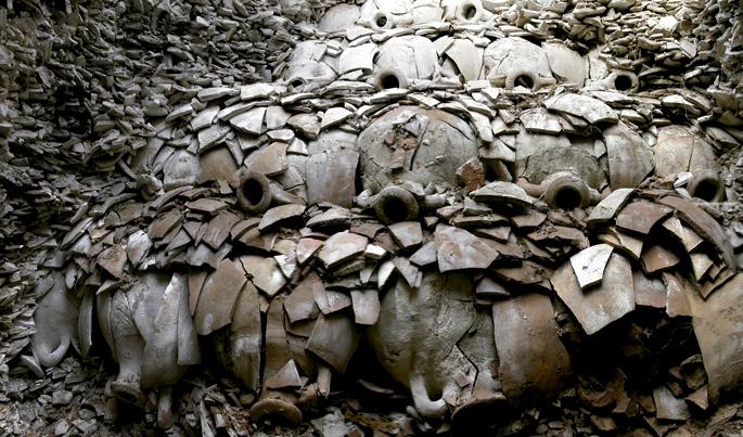 Mendetan Testaccio mendia osatuz joan ziren milioika anforetako batzuk.