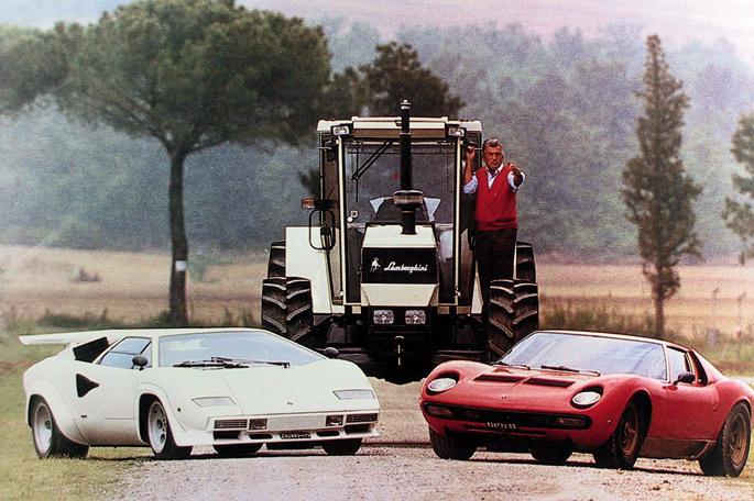Ferruccio Lamborghini, Lamborghini traktore baten gainean, marka bereko bi auto parean dituela.