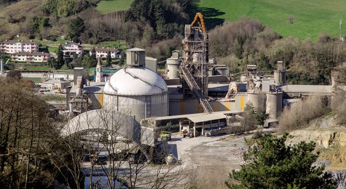 Cementos Rezolak Donostiako Añorgan daukan fabrikaren labe eta tximiniak ageri dira Miramon parke teknologiko ondotik hartutako argazkian.