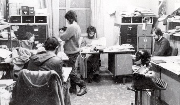 1982an Karmengo Andre Maria kaleko erredakzioan: ezkerretik eskuinera Eskarne Mujika, Pablo Sastre (bizkarrez), Cristina Berra (zutik), Iñaki Uria eta Pello Zubiria.
