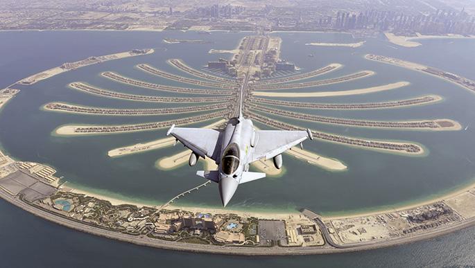 BAE Systems konpainia britainiarrak zabaldutako argazkian, berak ekoiztutako Tiphoon gudu hegazkin bat Dubaiko (Arabiar Emirerri Batuak) Jumeirah Palm uharte txundigarriaren gainean erakustaldia egiten. BAE Systems da munduko industria militar handienetan