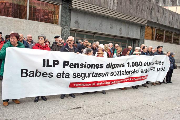 Pentsionistak Martxan plataformaren protesta eta 1.180 euroko gutxieneko pentsioak eskatzeko sinadura bilketa Bilbon.