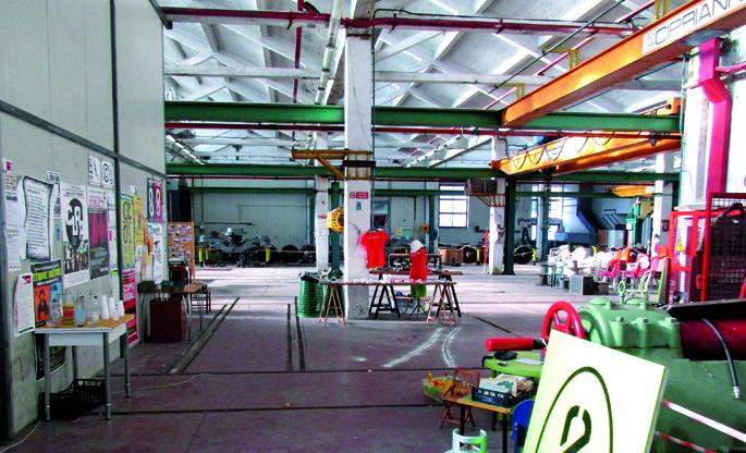 Officine Zeroren instalazioak; aurreko enpresaren makinaria eta altzariak berrerabili dituzte proiektu autogestionatuari ekiteko.