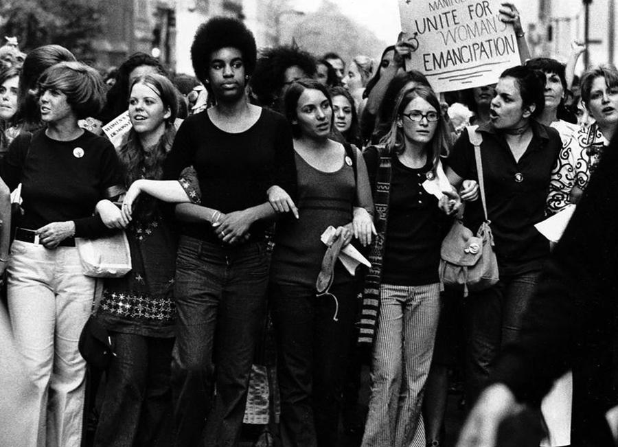 """XX. mendeko mugimendu emantzipatzaileen artean feminismoa izan da indartsuenetako bat. Irudian, 1970ean New York-en egindako manifestazioan """"emakumeen emantzipazioak baturik"""" dio afixak."""
