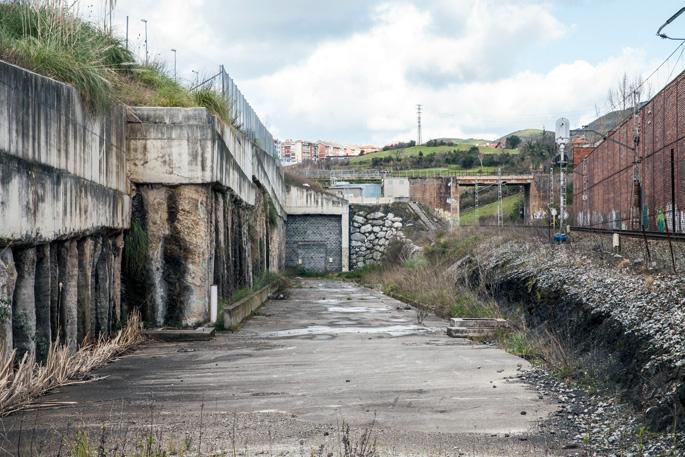 Serantes mendiko tunelaren irteeretako bat –gaur egun itxita–, Ortuellako aldean.