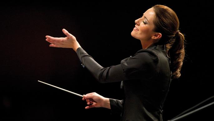 Alondra de la Parra orkestra zuzendari mexikarra 2014an,  batuta arin eta kaltegabea eskuan duela. Argazkia: La República
