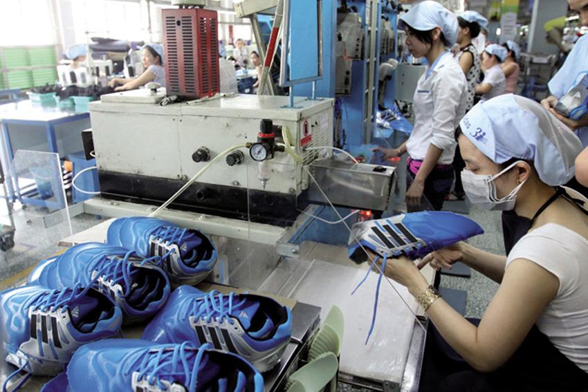 La Rojak daraman Adidas logoak 30.769 langile txinatar balio du