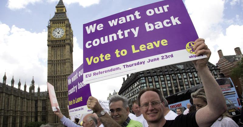 """'Biz Radar' hedabidearen argazkian, UKIPeko jendeak Europar Batasunetik ateratzearen aldeko kanpainan Londresko parlamentuaren aurrean: """"Itzul iezaguzue gure herrialdea berriro"""" diote afixetan. Yanis Varoufakisek idatzi du: """"Leavek irabazi zuen, hautesle"""