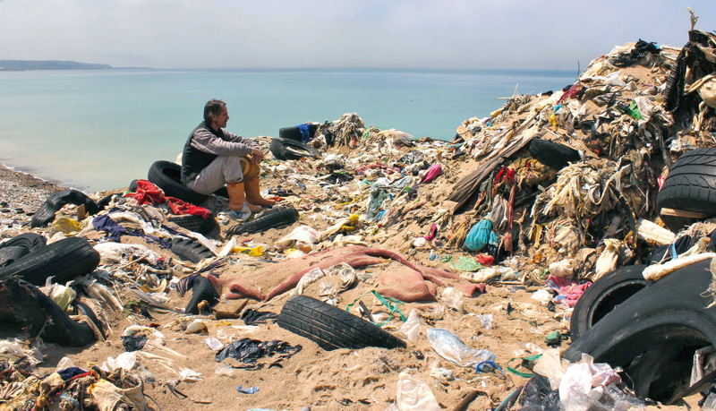 Jeremy Irons 'Trashed' filmean. Kontzientzia ekologikoa zabaltzeaz gain, filmak ekoiztean ere geroz eta garrantzitsuagoa da ingurumena zaintzea.