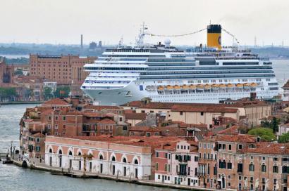 Turismoak itoko du Venezia