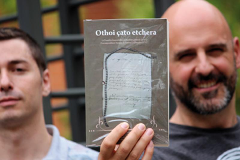 Manuel Padilla eta Xabier Lamikiz, gutun sorta argitaratuak eskuan dituztela.
