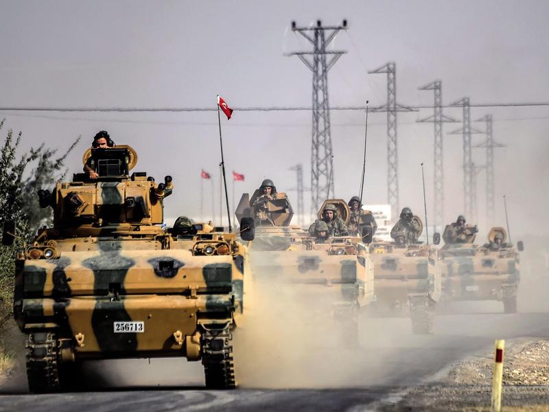 AFP agentziak zabaldutako argazkian, tanke turkiarrak Siriako eremuan sarturik Eufrates deitu operazioan, abuztuaren 24an. Erdoganek, batzuen ustez, OTANi eta AEBei lan zikina aurreratu die islamista 'moderatuei' –Al Kaeda eta besteei– Alepo hiri estrateg