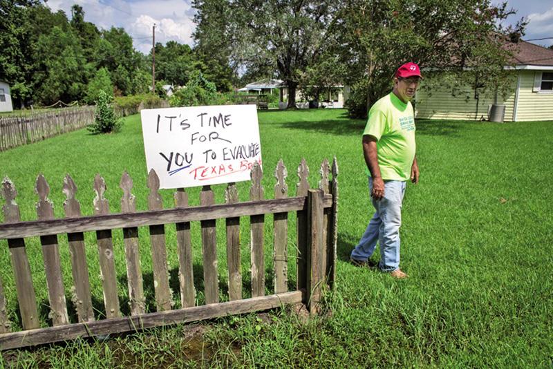 Julie Dermanskyren argazkian, Mike Schaff Louisianako Bayou Corneko biztanlea, bertan hondakin industrial toxikoen eraginez lurrean sortutako leize handiagatik etxea hustera behartua. Arlie Hochschild soziologoak egindako irudiaren arabera, Schaff Euskal