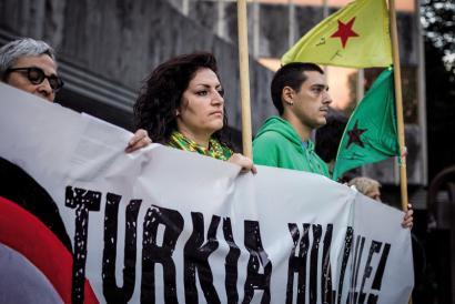 """""""Kurdistango gerrillarien benetako irudia ez da begi handiak eta Angelina Jolieren antza dituen gazte batena"""""""
