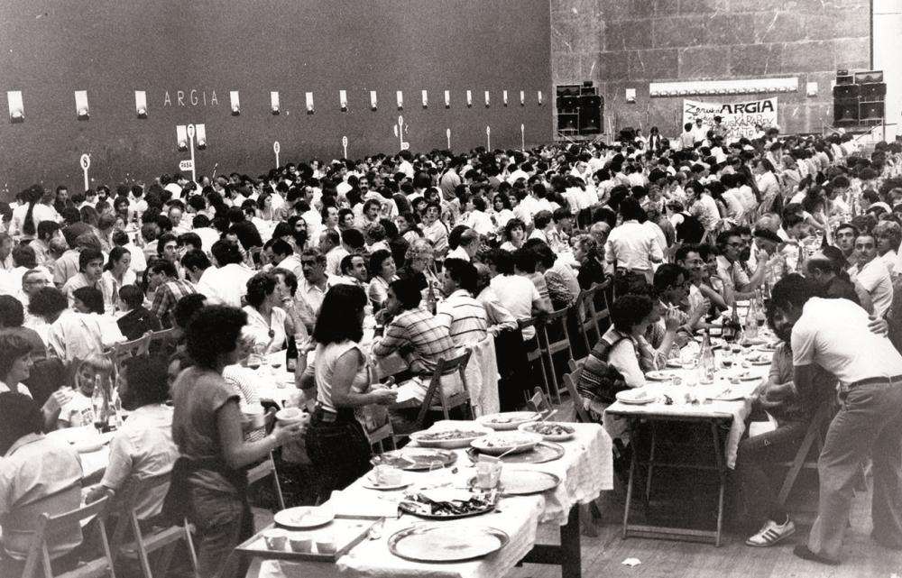 1980an Donostiako Balda pilotalekuan euskal sukaldari ezagunenek ARGIAren alde emandako 1.000 bazkarien irudia.
