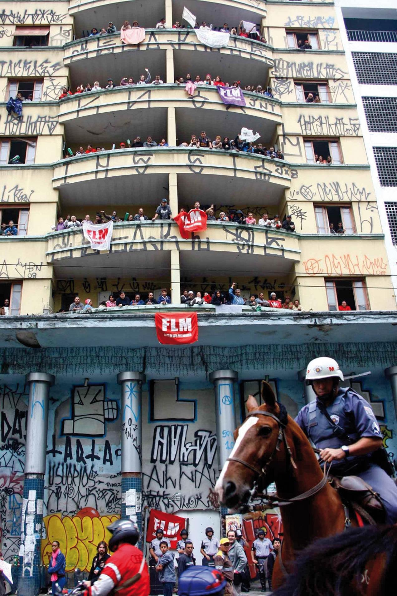 Behinola Cambridge hotela zen eraikina okupatu zuten etxerik gabeko 700 lagunek Sao Paulon, FLM mugimenduak antolatuta.