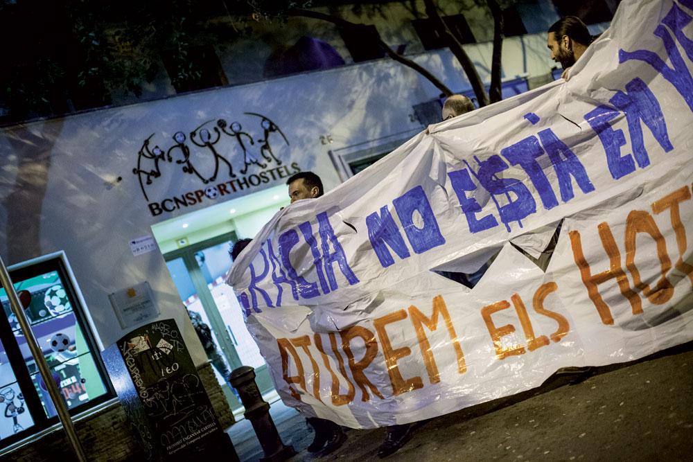 Manifestazioa Bartzelonako Gràcia auzoan hotel berriak eraikitzearen kontra. (Argazkia: Victor Serri / La Directa)