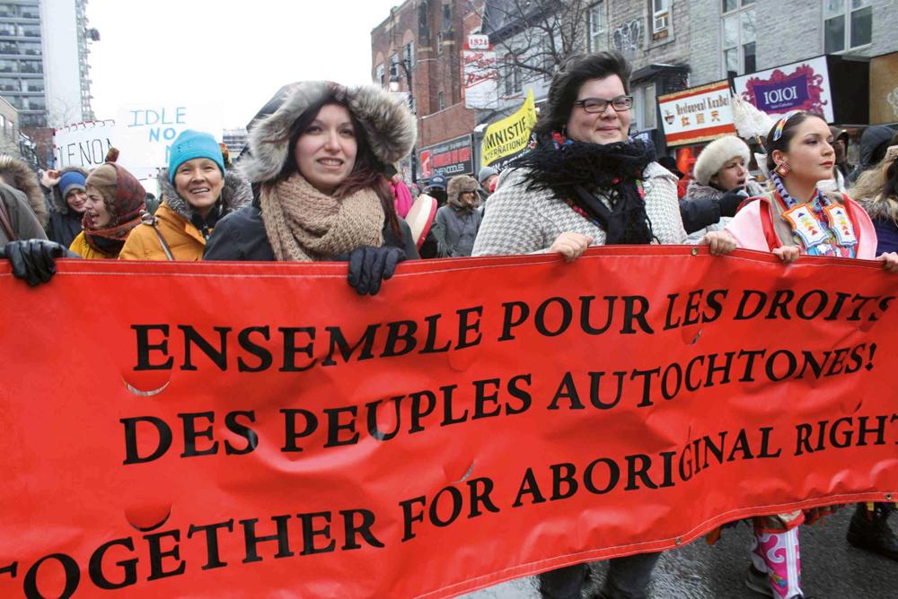 """Widia Lariviere (ezkerrean) Idle No More mugimenduaren mobilizazio batean parte hartzen. """"Zapalkuntza eta kolonizazio historia luze batek eragin kexu gorriaren gorpuztea da Idle No More"""
