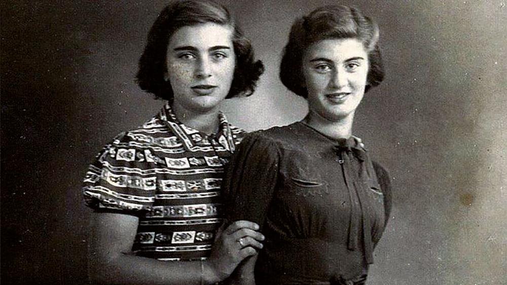 Carry Ulreich (ezkerrean) eta Rachel ahizpa 1939an. Hurrengo urtean  alemaniarrek Rotterdami eraso egin eta okupatu zuten. Ondorioz, Ulreich familia ezkutatu egin zen eta Carryk egunkari batean jaso zituen ezkutuko bizimoduaren nondik norakoak, Anne Frank