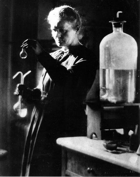Marie Curie 1925ean,  Parisko Unibertsitateko laborategian lanean, errezeta ez jangarriak prestatzen.