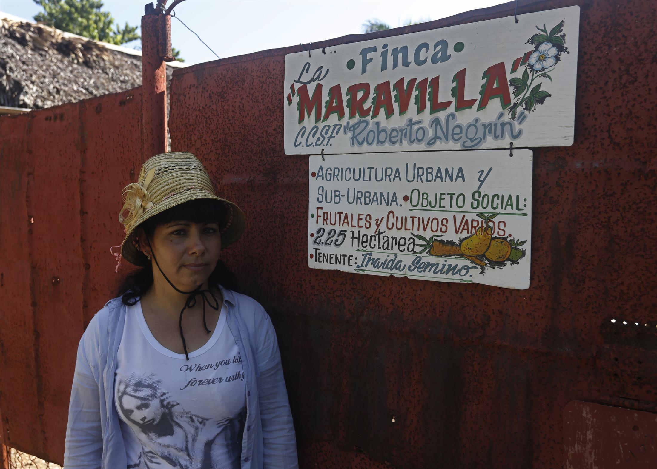 Iraida Semino Habana ondoko La Lisa herrian daukan hiri-etxaldearen atarian.