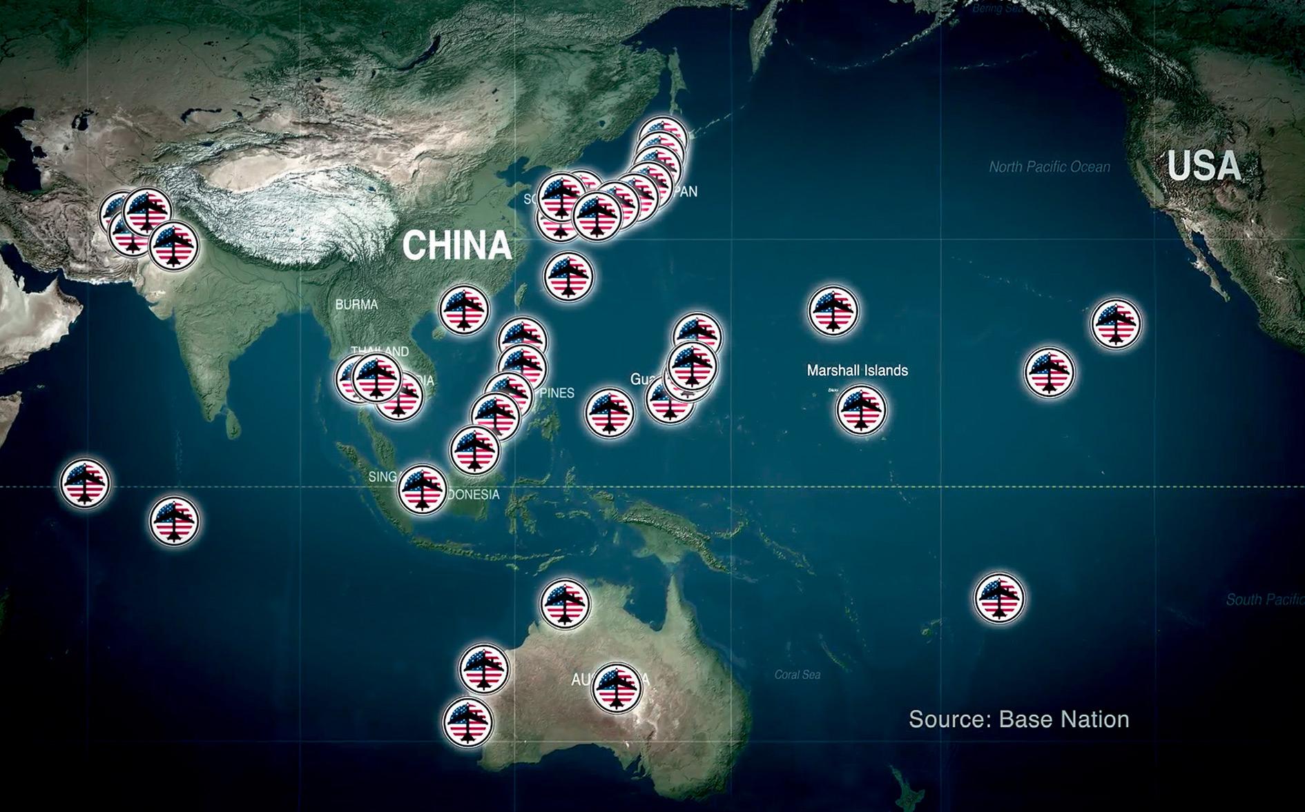 John Pilgerrek 'The Coming War on China' dokumentalean erakusten du nola daukaten AEBek Txina hesi militarrez inguratua. Hedabide nagusiek biderkaturik propagandak sinetsarazten duen arren Txina ari dela halako hedatze bat egiten Ozeano Barearen hego alde
