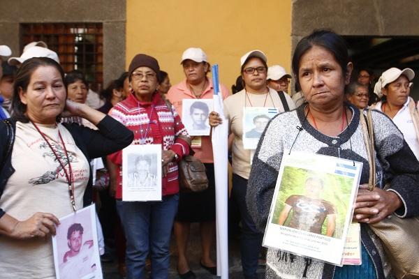 'El Comunista' hedabidearen argazkian, Migratzaile Desagertuen Amen 12. karabanako kideetako batzuk Puebla estatuko herri batera iritsita herritarren ongi-etorri harreran, azaroaren amaieran. AEBetarako ezkutuko bideetan galdutako migratzaileen 41 guraso,