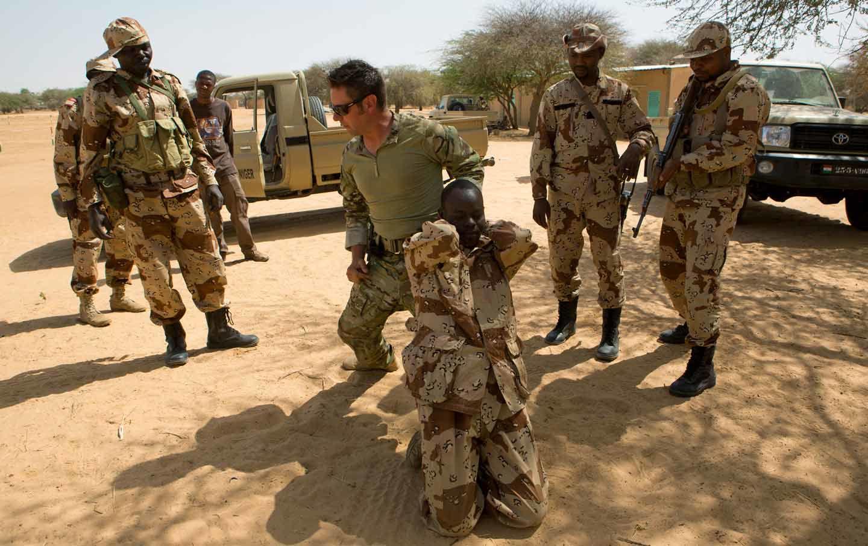 Joe Penneyren argazkian, militar iparramerikar bat lekuko soldaduak trebatzen Somalian.