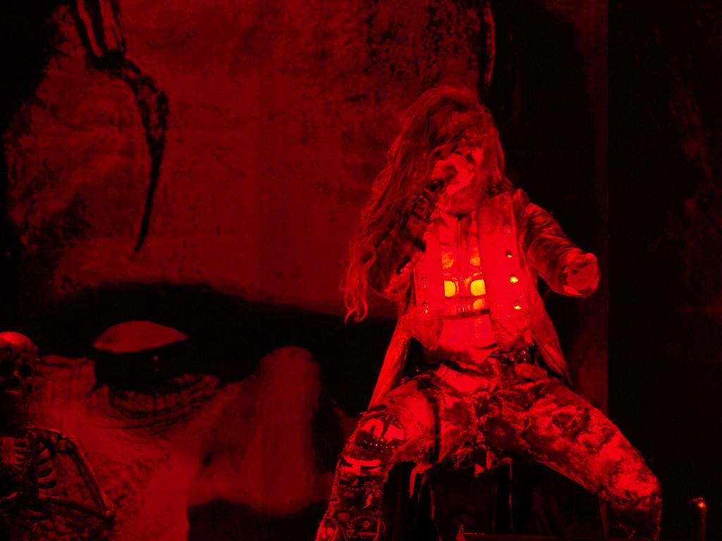 Rob Zombie 2011ko Azkena Rock jaialdian. Festibalari berdintasunean aurrera egiteko klausulak jarri dizkio aurten Gasteizko Udalak (argazkia: Alberto Cabello).