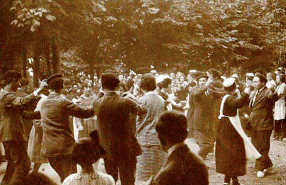 Erromeria Zestoako bainuetxe parean, 1920an. Udalak 1928an eman zituen dantzari buruzko arauak.
