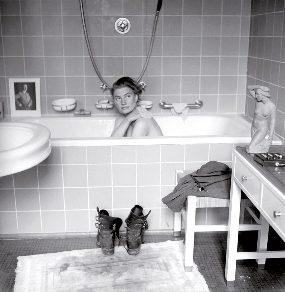 Lee Miller modelo ohia 1945ean, Hitlerren bainuontzian. (Arg. David E. Scherman)