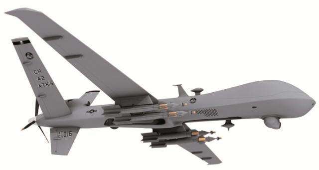 PREDATOR B/MQ-9 REAPER Erasorako dronea da, gidaririk gabea. Espainiako Armadak horrelako lau hegazkin erosi ditu. General Atomics estatubatuarra da ekoizten dituena, eta Sener da bere sozio teknologikoa Reaper-a Espainian sartzeko: Berak lideratuko du e