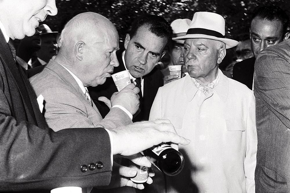 Nikita Khrustxev lehenengoz Pepsi edaten, Moskun, 1959ko udan, Richard Nixon (orduan AEBetako presidenteorde) adi-adi begira duela.