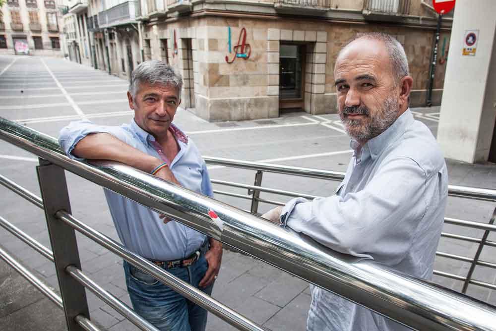 Koldo Martinez, ezkerrean, eta Joxerra Olano Iruñeko Alde Zaharreko kaleetan.