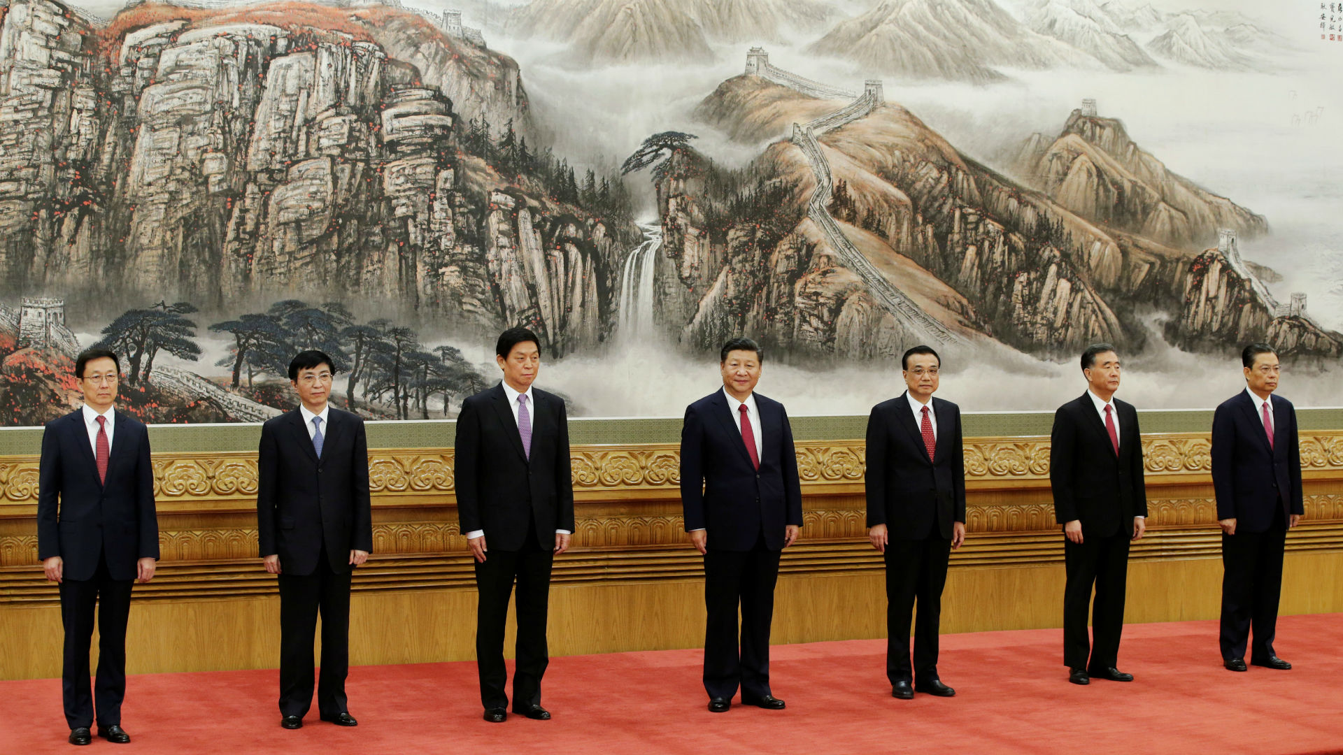 Press Association agentziak zabaldutako argazkian, Alderdi Komunistaren buruzagitza osatzen duten zazpi nagusiak, erdian dutela Xi Jinping (64 urte). Gainerako seiak dira: Li Keqiang (62) lehen ministroa, Li Zhanshu (67) bulego politikoko burua, Wang Yang