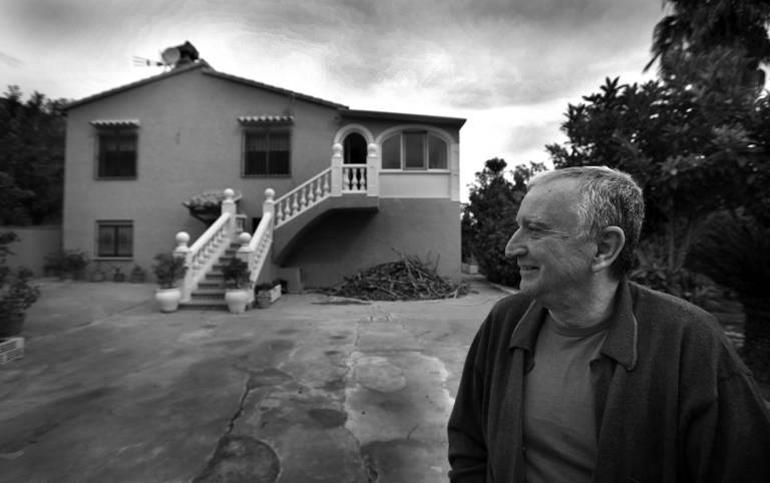 Rafael Chirbes en su casa de Beniarbeig
