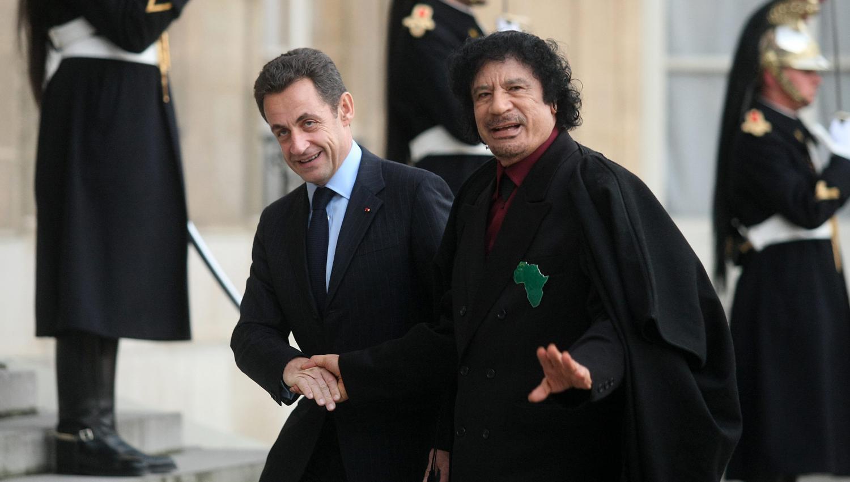 """'Non Stop Politique' gunetik hartutako argazkian, Nicolas Sarkozy Muammar al Kadafi errezibitzen Frantziako lehendakariaren Parisko jauregian, 2007ko abenduan. """"Bisita hau urrats nabarmena izango da Libia berriro nazioartean ongi etorria izateko bidean"""","""
