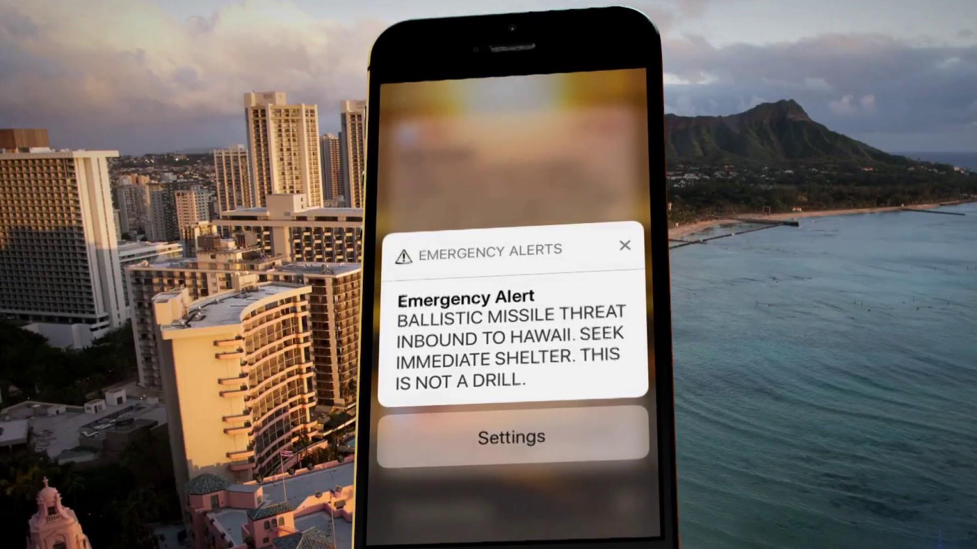 """CNN katearen argazkian, Hawaiiko herritarrek telefono mugikorretan urtarrilaren 13an goizeko 08:07an jaso zuten mezua: """"Larrialdi alerta, misil balistiko bat Hawaiira bidean, ez da simulakroa"""". Benetan Ipar Koreak bonba atomikoa daraman misil bat bidaltze"""