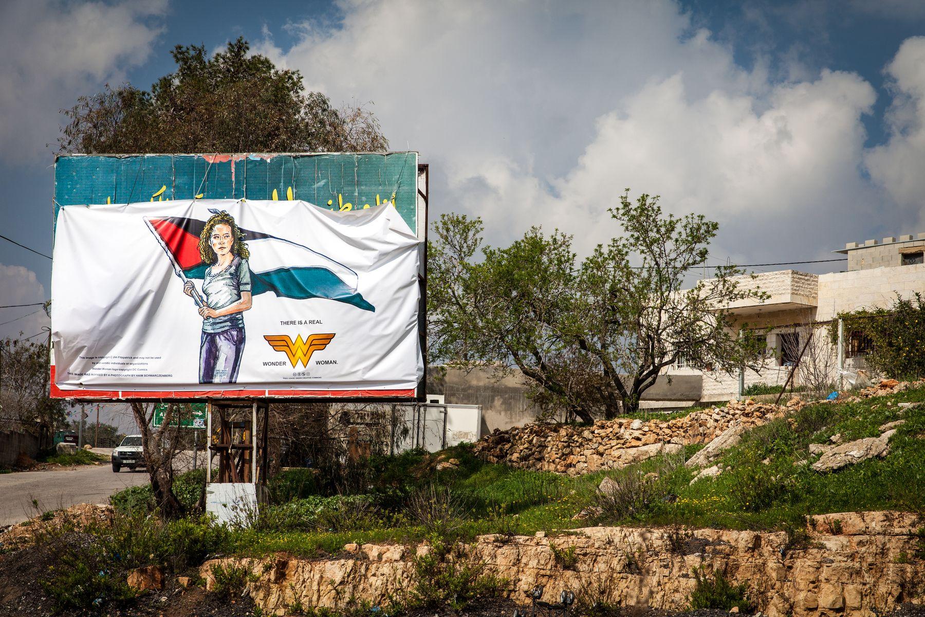 'There is a real Wonder Woman' dioen pankarta, Ahed Tamimiren irudiarekin, Nabi Saleh herriko sarrerako iragarki-taulan. Argazkia: Irantzu Pastor
