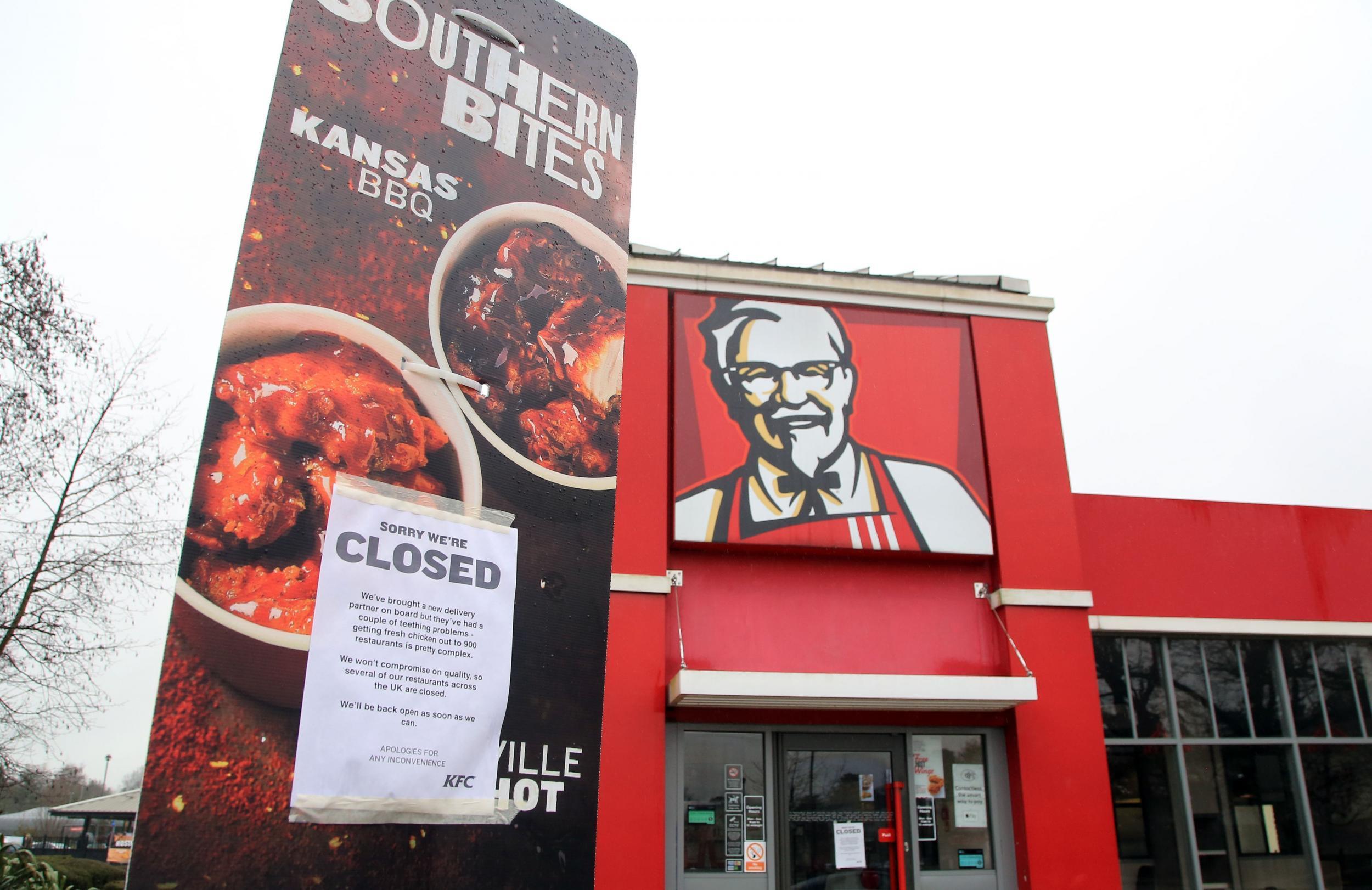 """The Independent' egunkariko argazkian, KFC kateak Bristolen daukan jatetxe bat bezeroentzako ohar hau erakutsiz: """"Barkatu, itxita gaude"""". Hondamendi handia jasan duen arren, marketin adituek diote KFCk oilaskoen krisiari umorean oinarrituta komunikazio al"""