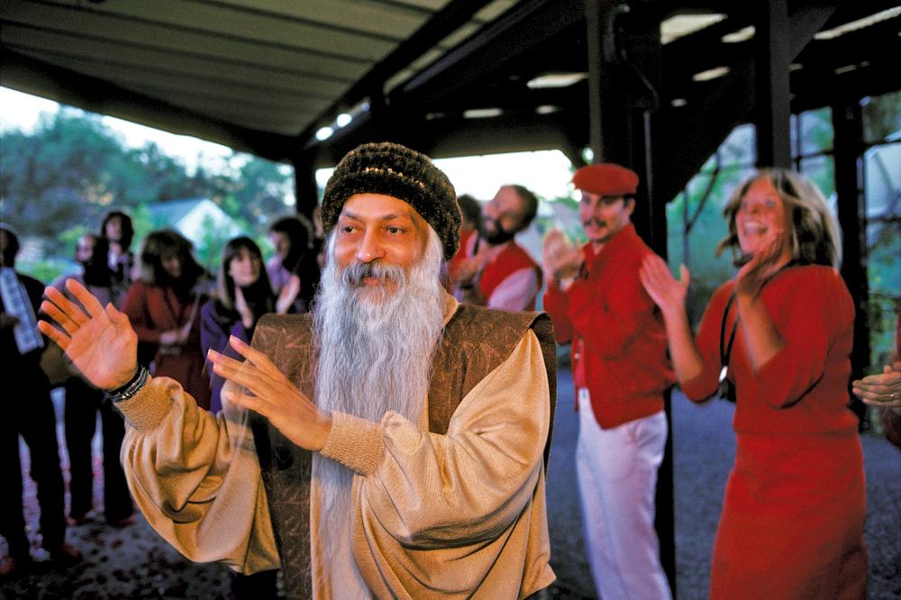 Bhagwan Shree Rajneesh lider espiritualak Oregongo (AEB) herri batean antolatu zuen sektaren historia kontatzen du 'Wild Wild Country' telesail-dokumentalak.