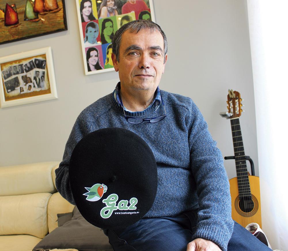 2012an Gorlizko Euskararen egunean egin zioten omenaldiko txapelarekin. Argazkia: Zaldi Ero.