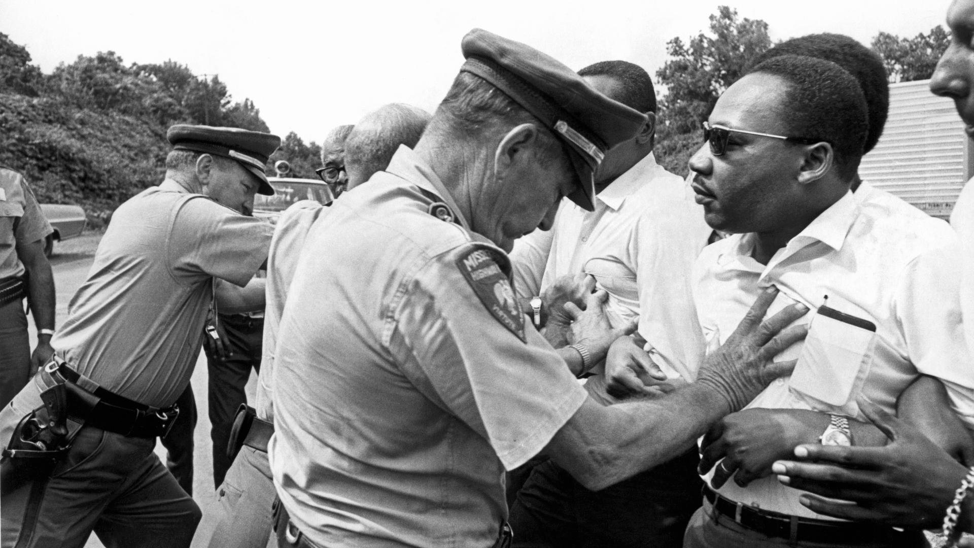 Mississippiko polizia Martin Luther Kingi bultzaka, Beldurraren Aurkako Martxan, 1966ko ekainean. (arg: Underwood Archives)