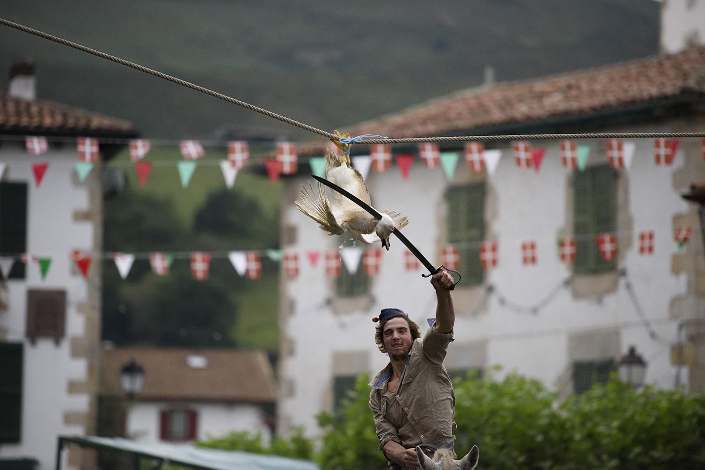Argazkian Sarako ahate-jokoa. Gurean dokumentalak Euskal Herriko jaietan animaliek jasaten duten tratu txarra modu eraginkorrean bistaratzen da.