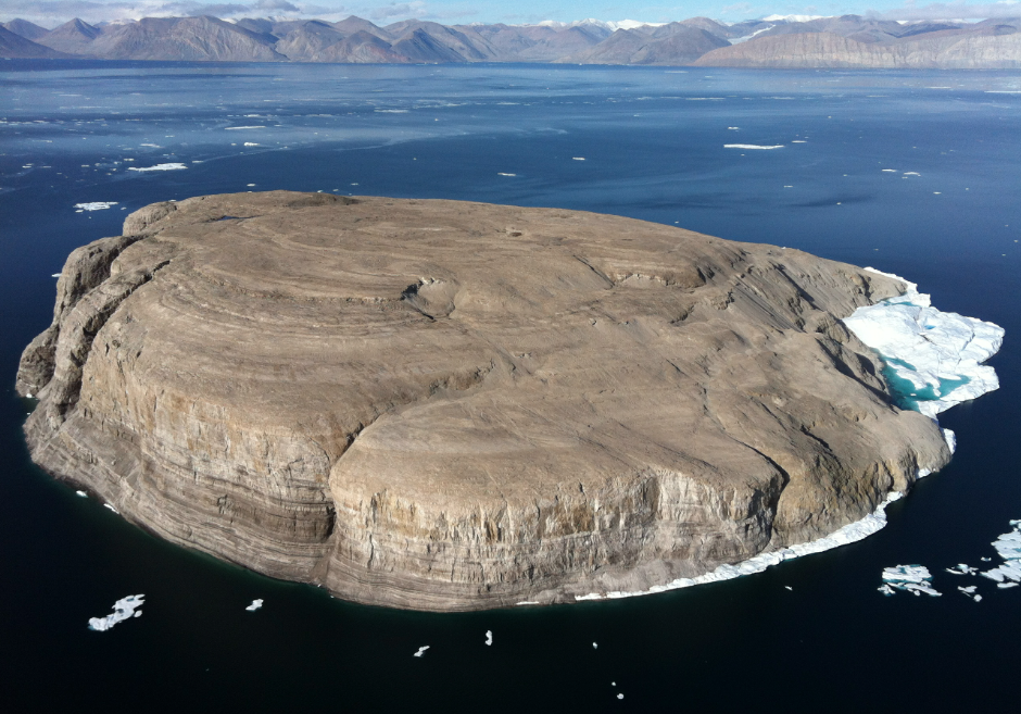 Hans uhartea Nares itsasarteko 1,3 km koadroko lur zatia da. Uhartearen jabetzak gatazka bitxia sortu du Danimarka eta Kanadaren artean. (Arg.: INSH)