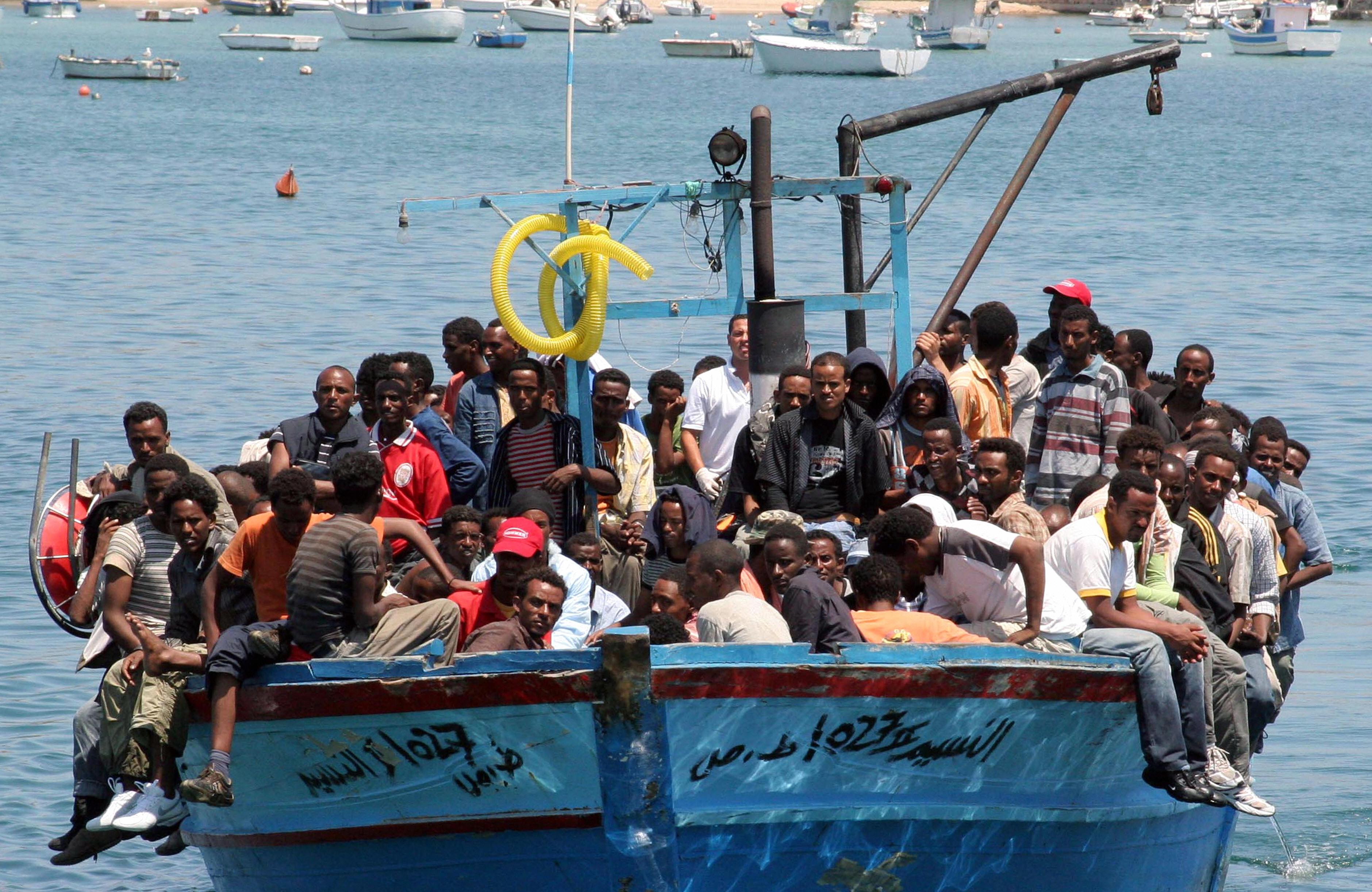 AFPk zabaldutako argazkian, etorkinez zamatutako itsasontzia Italiaren lurralde den Lampedusa uhartera iristen 2015ean. Orduko migrazio krisi famatutik, ordea, europarrek gaiaren irudi okerra atera dute Stephen Smithen aburuz: 2015ean Europara iritsitako
