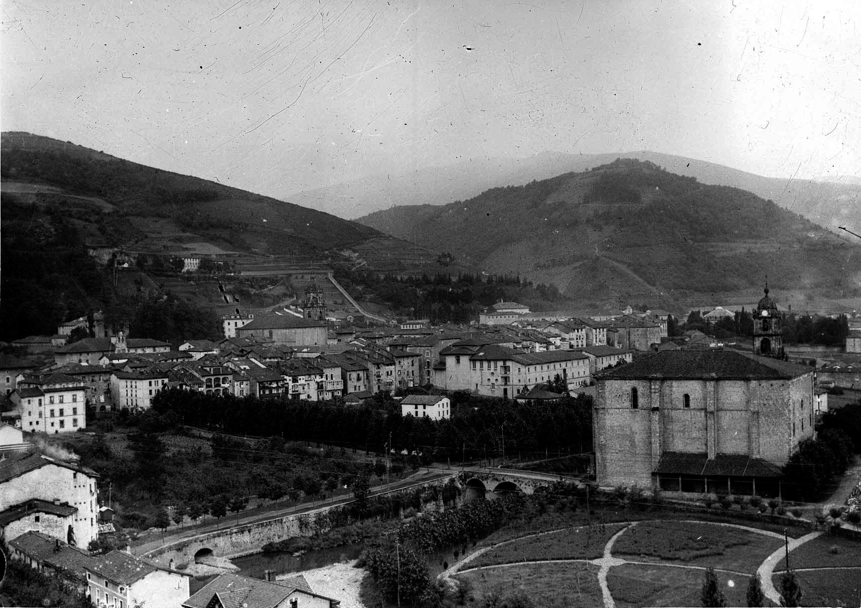 Bergarako ikuspegi orokorra, 1915ean. Eskuinean, lehen planoan, Oxirondoko Santa Marina eliza. Argazkia: Indalezio Ojanguren funtsa / Gipuzkoako Agiritegi Orokorra.