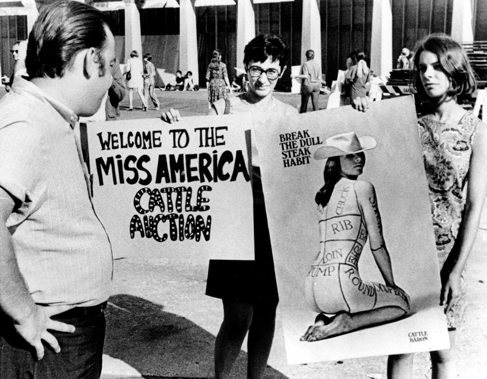 Duela 50 urte, 1968ko irailean, Miss America aukeratzeko lehiaketaren egoitzaren parean, feministek salatu zuten emakumeak ganadua bailiran tratatzen zituztela horrelako ekitaldiek. Protesta bularretakoak erretzeagatik egin zen ezagun, baina han ez zen bu