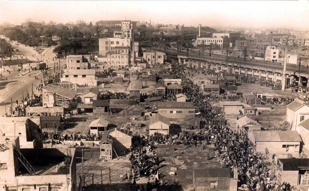 Ueno Hirokoji merkatu beltza, Tokion, 1945 urte inguruan. Gerraondoan, horrelako tokietan saltzen zuten egun hain modan dagoen ramen izeneko eltzekoa. (Arg.: Old Tokyo)
