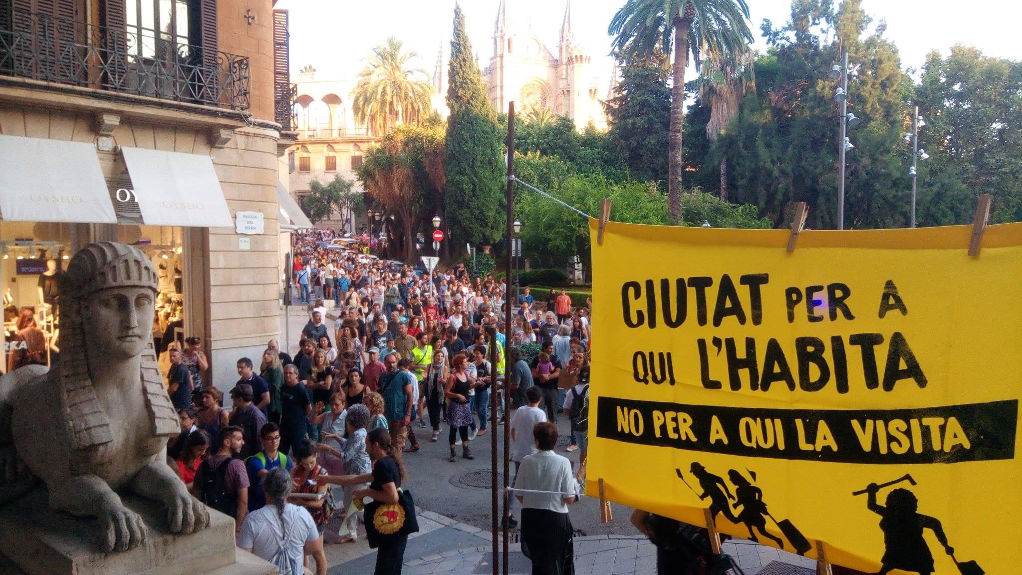 """""""Hiria, bertan bizi direnentzat eta ez bisitan datozenentzat"""". 2017ko irailean Mallorcan egindako manifestazioa."""